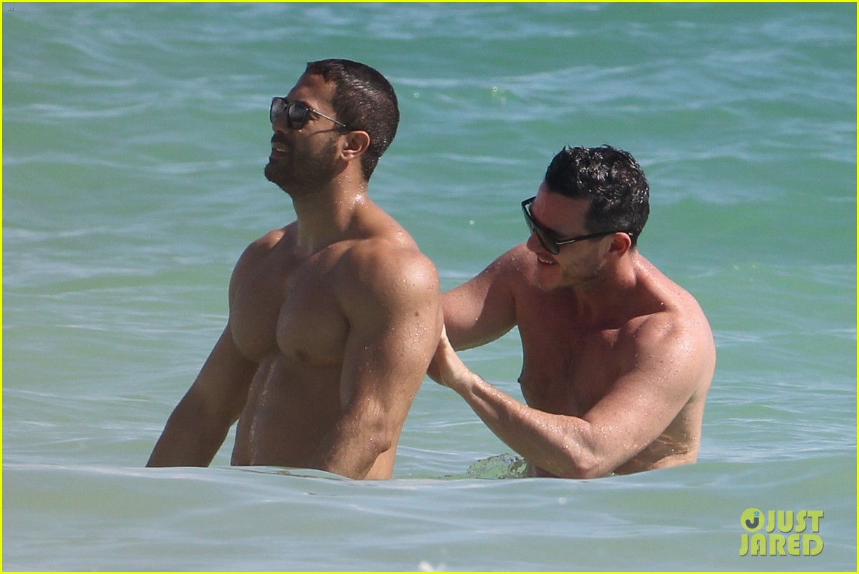 Tài tử đồng tính đẹp trai nhất nhì Hollywood gây sốt khi sánh đôi bên người yêu body 6 múi trên biển - Ảnh 7.