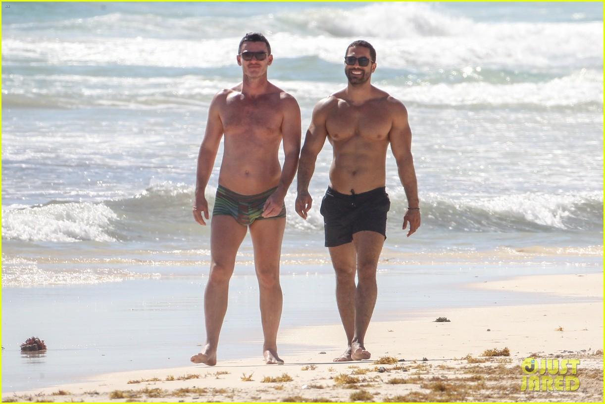 Tài tử đồng tính đẹp trai nhất nhì Hollywood gây sốt khi sánh đôi bên người yêu body 6 múi trên biển - Ảnh 1.