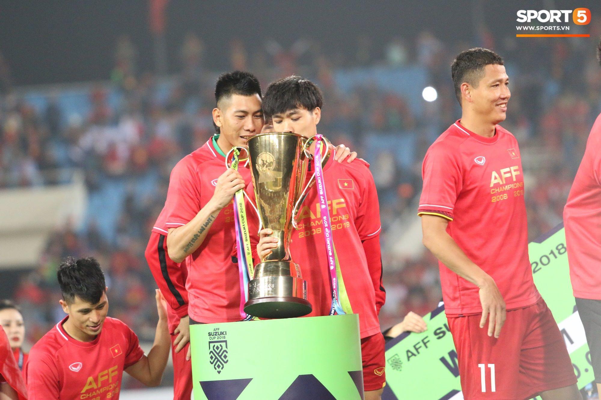 Khoảnh khắc hài hước: Công Phượng tỉ mỉ kiểm tra cúp vàng AFF Cup 2018 là thật hay giả