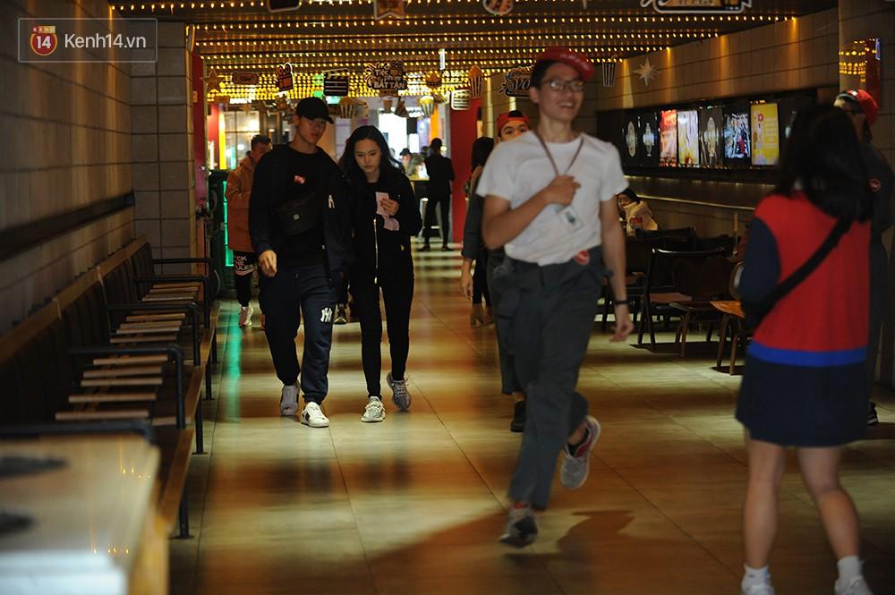Bắt gặp Duy Mạnh tay trong tay đi xem phim với bạn gái sau khi lên ngôi vô địch AFF Cup - Ảnh 1.