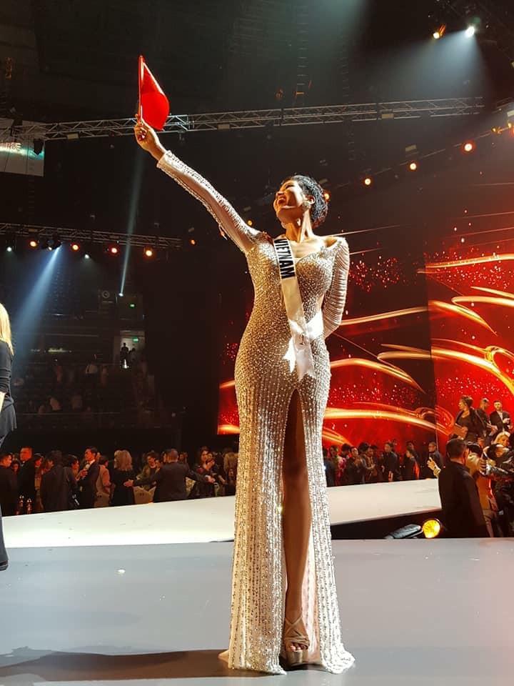 HHen Niê hạnh phúc cầm cao cờ Tổ quốc trên sân khấu chung kết Miss Universe 2018 - Ảnh 2.