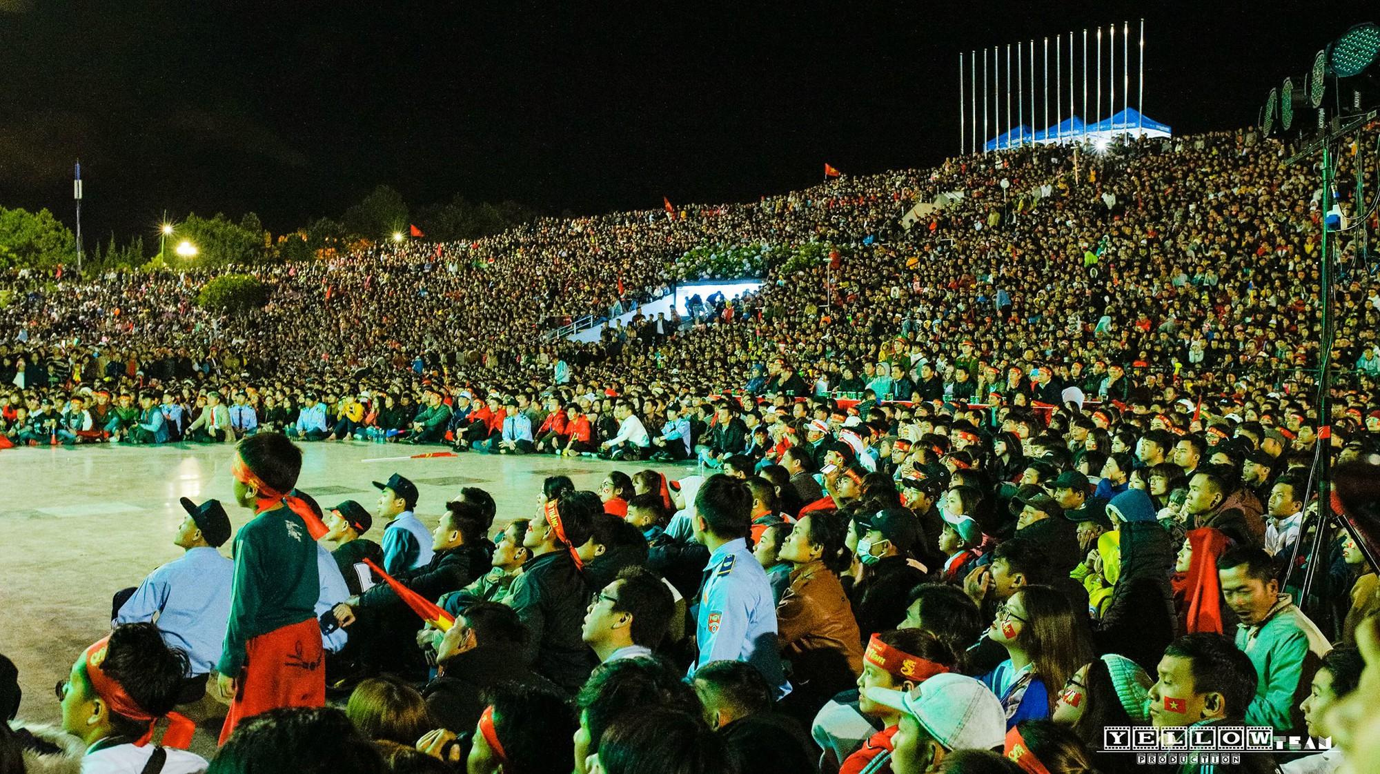 Những khoảnh khắc khó quên của hàng triệu người hâm mộ khi đội tuyển Việt Nam vô địch AFF Cup 2018 - Ảnh 7.
