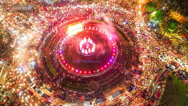 Hình ảnh flycam ấn tượng tại chảo lửa Thái Nguyên trong đêm chung kết AFF Cup được chia sẻ khiến nhiều người choáng ngợp - Ảnh 3.