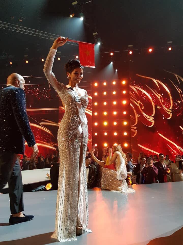 HHen Niê hạnh phúc cầm cao cờ Tổ quốc trên sân khấu chung kết Miss Universe 2018 - Ảnh 3.