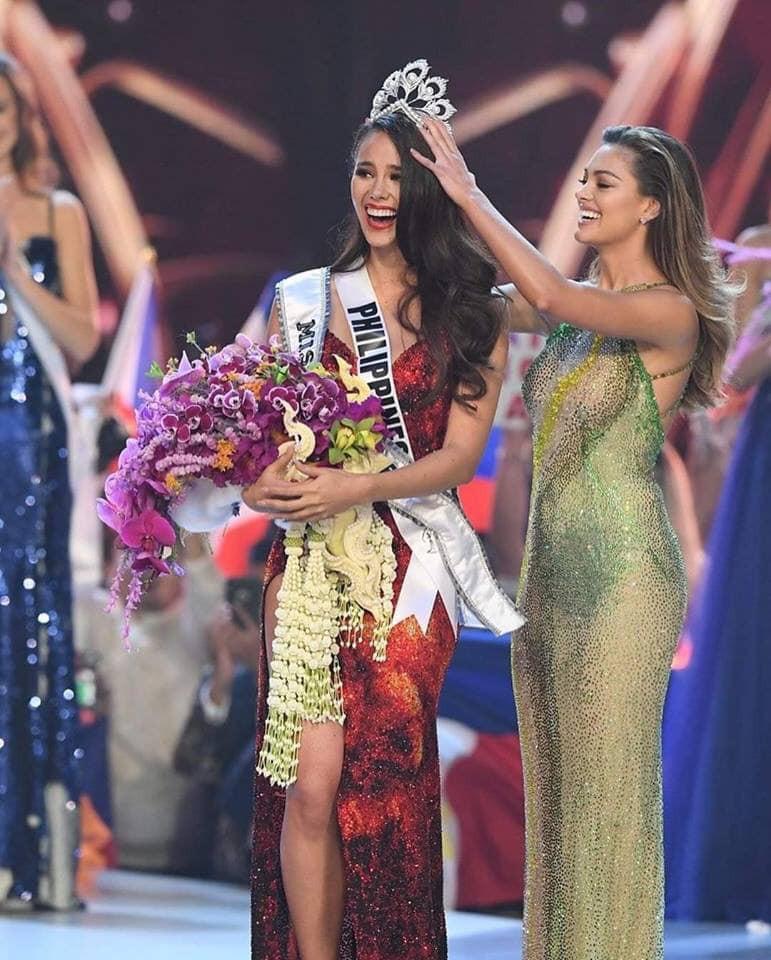 HHen Niê hạnh phúc cầm cao cờ Tổ quốc trên sân khấu chung kết Miss Universe 2018 - Ảnh 1.
