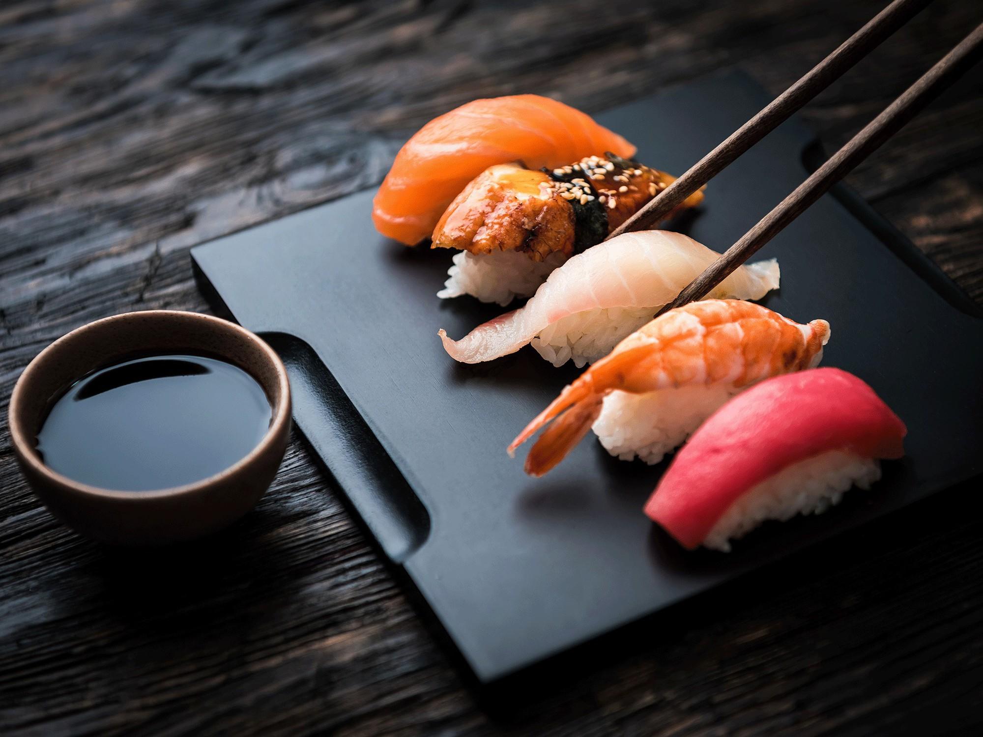 Đầu bếp người Nhật nổi tiếng tiết lộ cách ăn sushi hoàn hảo nhất - Ảnh 2.