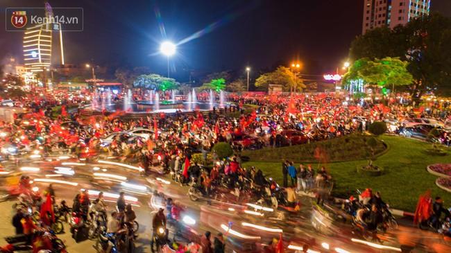 Hình ảnh flycam ấn tượng tại chảo lửa Thái Nguyên trong đêm chung kết AFF Cup được chia sẻ khiến nhiều người choáng ngợp - Ảnh 9.