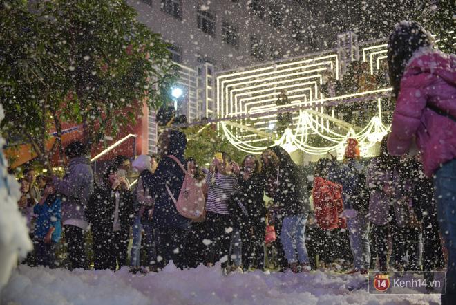 Trường ĐH con nhà giàu này đang là trường trang trí Noel đẹp nhất nước, có máy phun tuyết nhân tạo, tha hồ sống ảo - Ảnh 21.