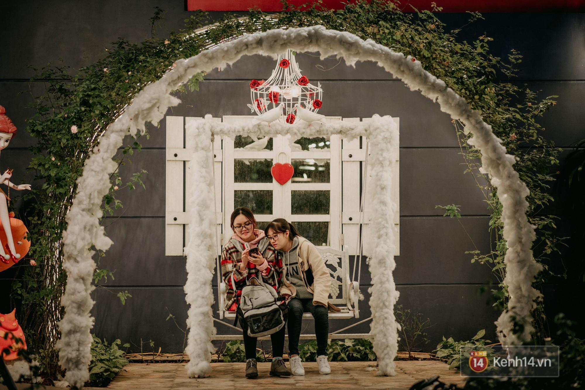 Trường ĐH con nhà giàu này đang là trường trang trí Noel đẹp nhất nước, có máy phun tuyết nhân tạo, tha hồ sống ảo - Ảnh 19.
