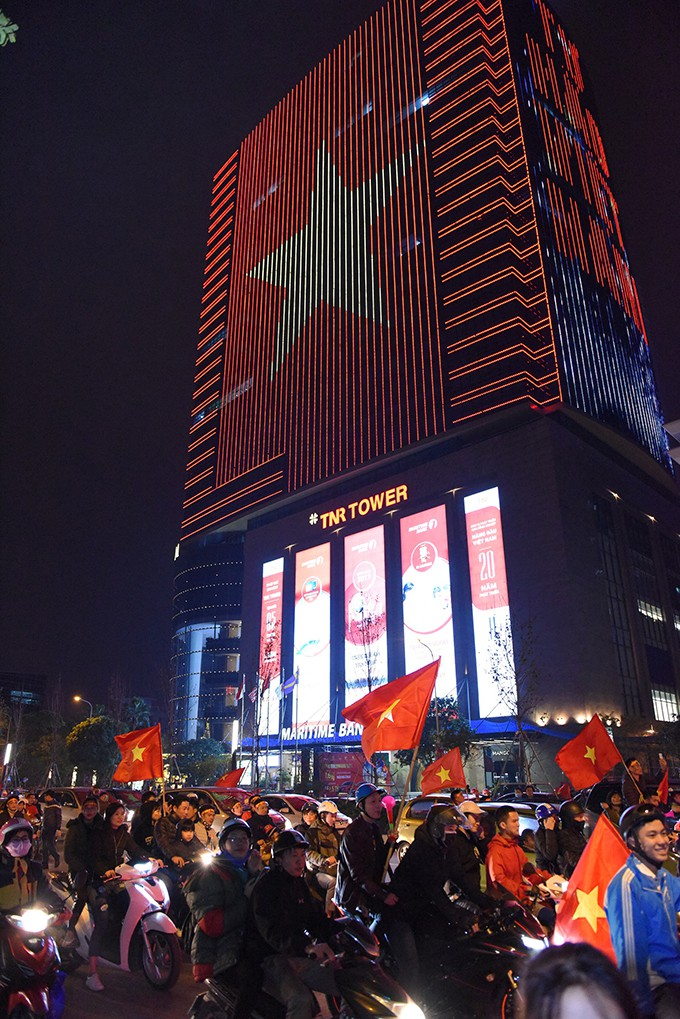 Tòa nhà đổi màu mừng đội tuyển Việt Nam Vô Địch AFF Cup 2018 - Ảnh 1.
