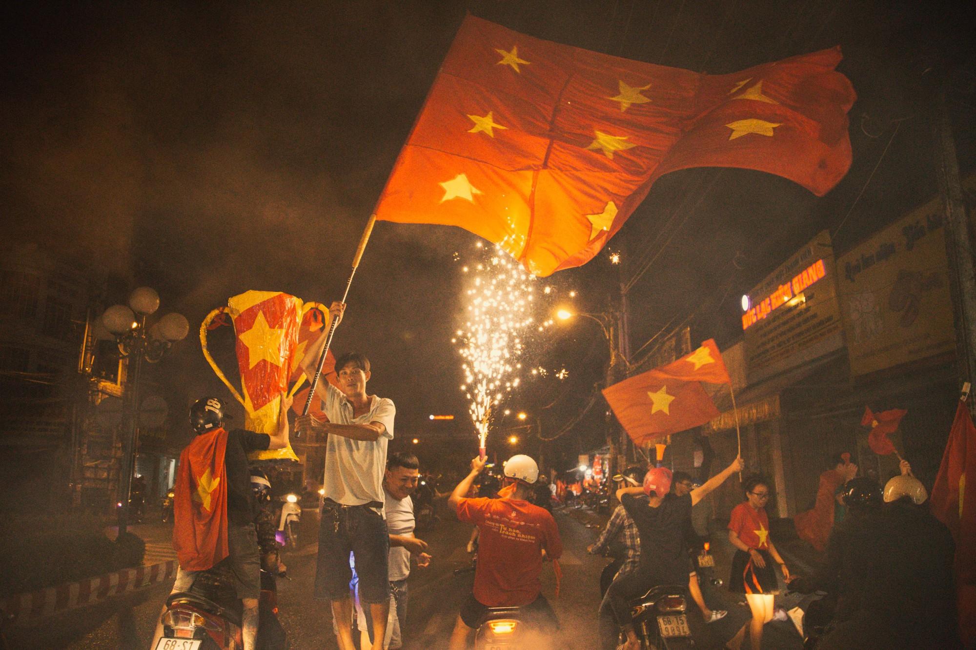 Những khoảnh khắc khó quên của hàng triệu người hâm mộ khi đội tuyển Việt Nam vô địch AFF Cup 2018 - Ảnh 12.