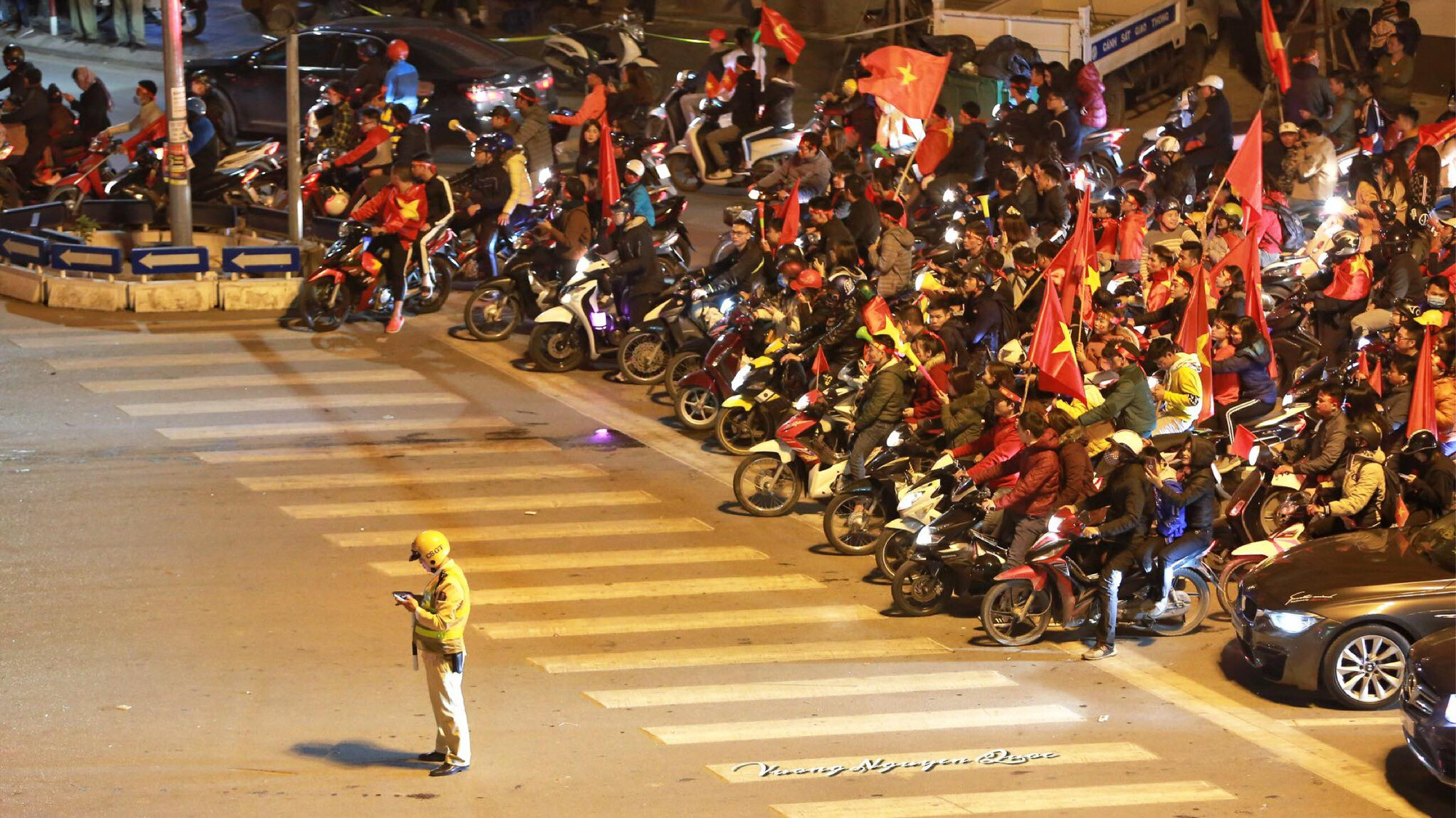 Những khoảnh khắc khó quên của hàng triệu người hâm mộ khi đội tuyển Việt Nam vô địch AFF Cup 2018 - Ảnh 14.