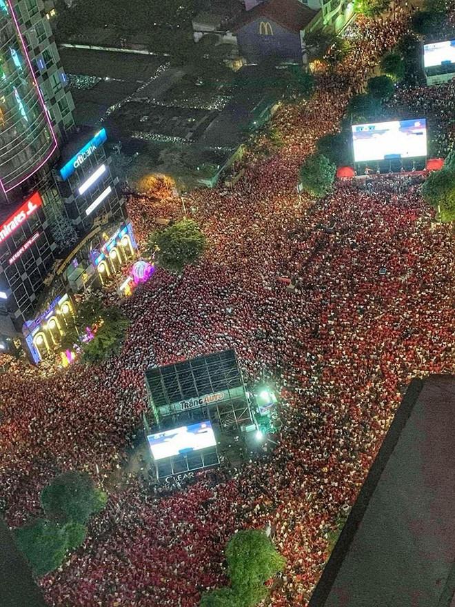 Những khoảnh khắc khó quên của hàng triệu người hâm mộ khi đội tuyển Việt Nam vô địch AFF Cup 2018 - Ảnh 5.