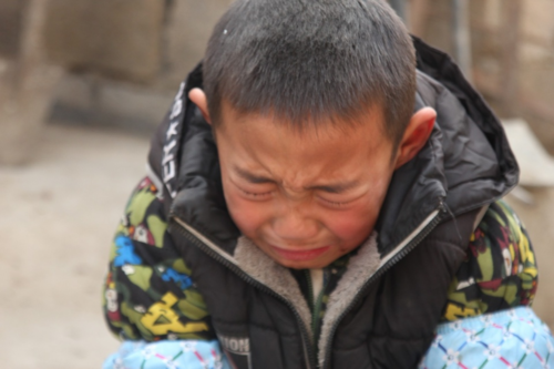 Xót xa cảnh bé trai 7 tuổi cầu xin được vào trại mồ côi khi cha mất, mẹ ôm tiền bỏ đi - Ảnh 3.