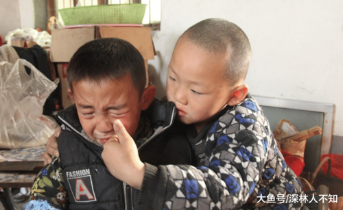 Xót xa cảnh bé trai 7 tuổi cầu xin được vào trại mồ côi khi cha mất, mẹ ôm tiền bỏ đi - Ảnh 1.
