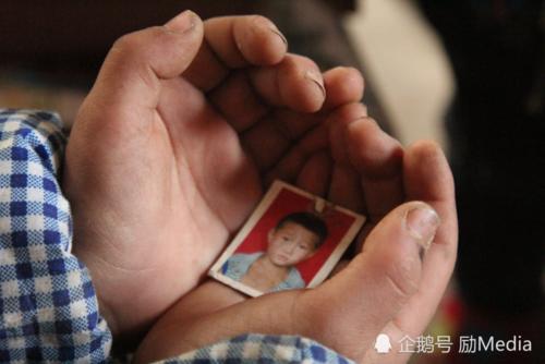Xót xa cảnh bé trai 7 tuổi cầu xin được vào trại mồ côi khi cha mất, mẹ ôm tiền bỏ đi - Ảnh 5.