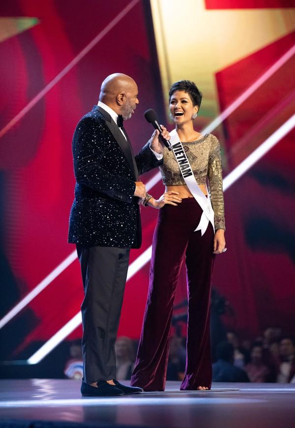 Nhìn lại những màn trình diễn quá sức tuyệt vời giúp HHen Niê lập kỳ tích vào Top 5 chung kết Miss Universe 2018 - Ảnh 2.