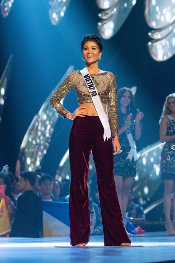 Nhìn lại những màn trình diễn quá sức tuyệt vời giúp HHen Niê lập kỳ tích vào Top 5 chung kết Miss Universe 2018 - Ảnh 3.