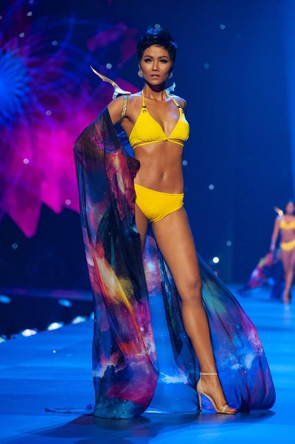 Nhìn lại những màn trình diễn quá sức tuyệt vời giúp HHen Niê lập kỳ tích vào Top 5 chung kết Miss Universe 2018 - Ảnh 7.