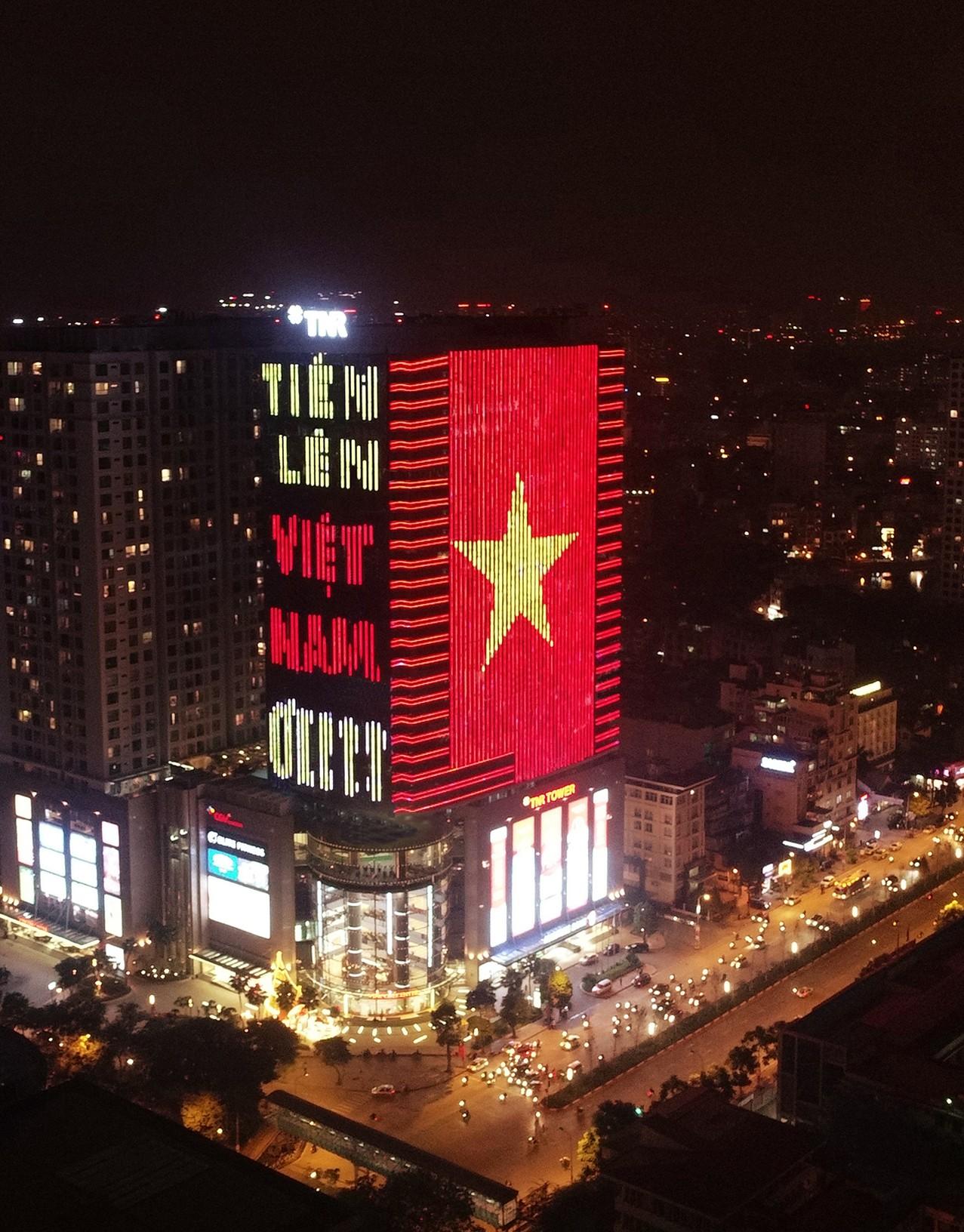 Tòa nhà đổi màu mừng đội tuyển Việt Nam Vô Địch AFF Cup 2018 - Ảnh 3.