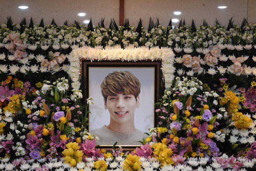 Tròn 1 năm Jonghyun qua đời, Taeyeon, Yoona, Suho và dàn sao nhà SM đồng loạt đến buổi lễ tưởng nhớ đầy ý nghĩa - Ảnh 5.