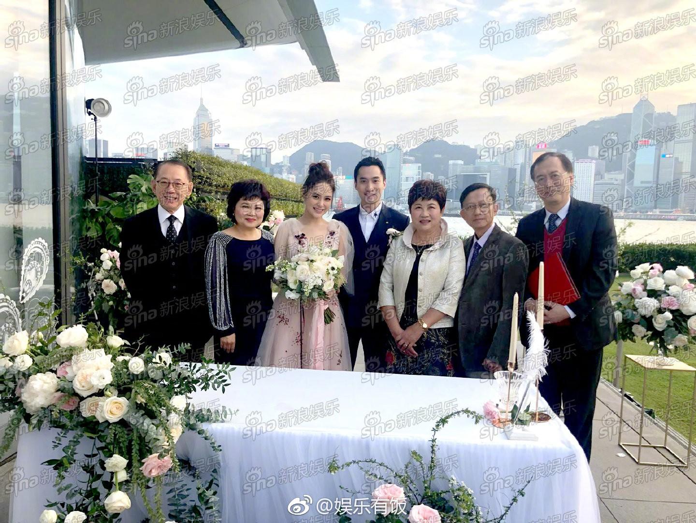 Lễ đăng ký kết hôn của Chung Hân Đồng: Ông trùm quyền lực showbiz Hong Kong ra mặt vì gà cưng - Ảnh 12.