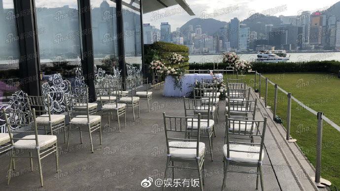 Lễ đăng ký kết hôn của Chung Hân Đồng: Ông trùm quyền lực showbiz Hong Kong ra mặt vì gà cưng - Ảnh 4.