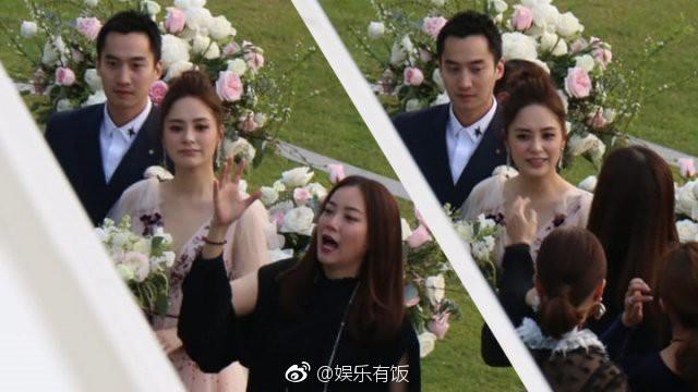 Lễ đăng ký kết hôn của Chung Hân Đồng: Ông trùm quyền lực showbiz Hong Kong ra mặt vì gà cưng - Ảnh 7.