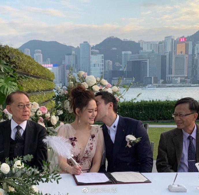 Lễ đăng ký kết hôn của Chung Hân Đồng: Ông trùm quyền lực showbiz Hong Kong ra mặt vì gà cưng - Ảnh 11.
