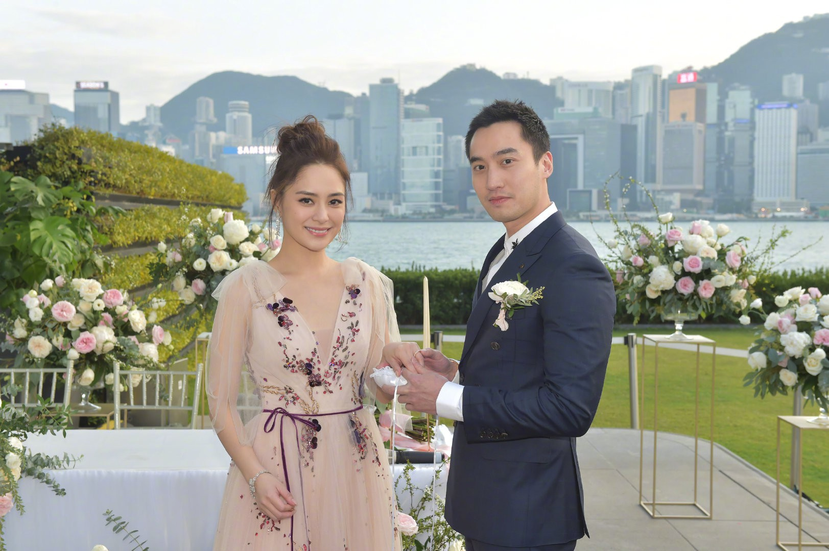 Lễ đăng ký kết hôn của Chung Hân Đồng: Ông trùm quyền lực showbiz Hong Kong ra mặt vì gà cưng - Ảnh 9.