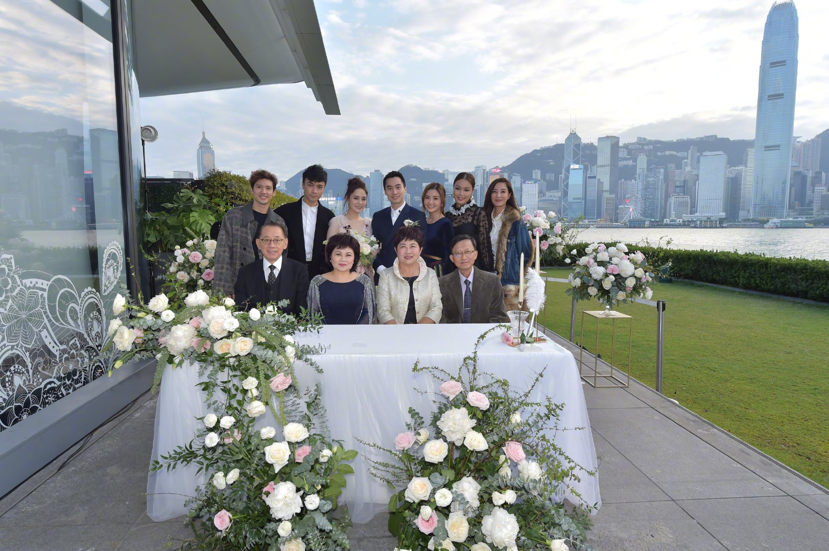Lễ đăng ký kết hôn của Chung Hân Đồng: Ông trùm quyền lực showbiz Hong Kong ra mặt vì gà cưng - Ảnh 15.