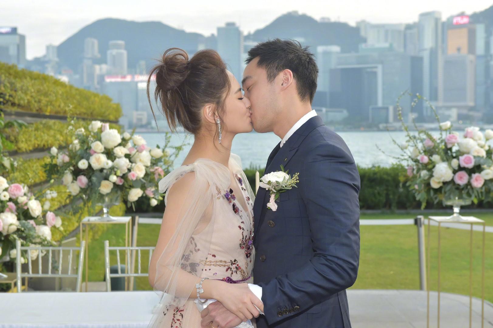 Lễ đăng ký kết hôn của Chung Hân Đồng: Ông trùm quyền lực showbiz Hong Kong ra mặt vì gà cưng - Ảnh 10.
