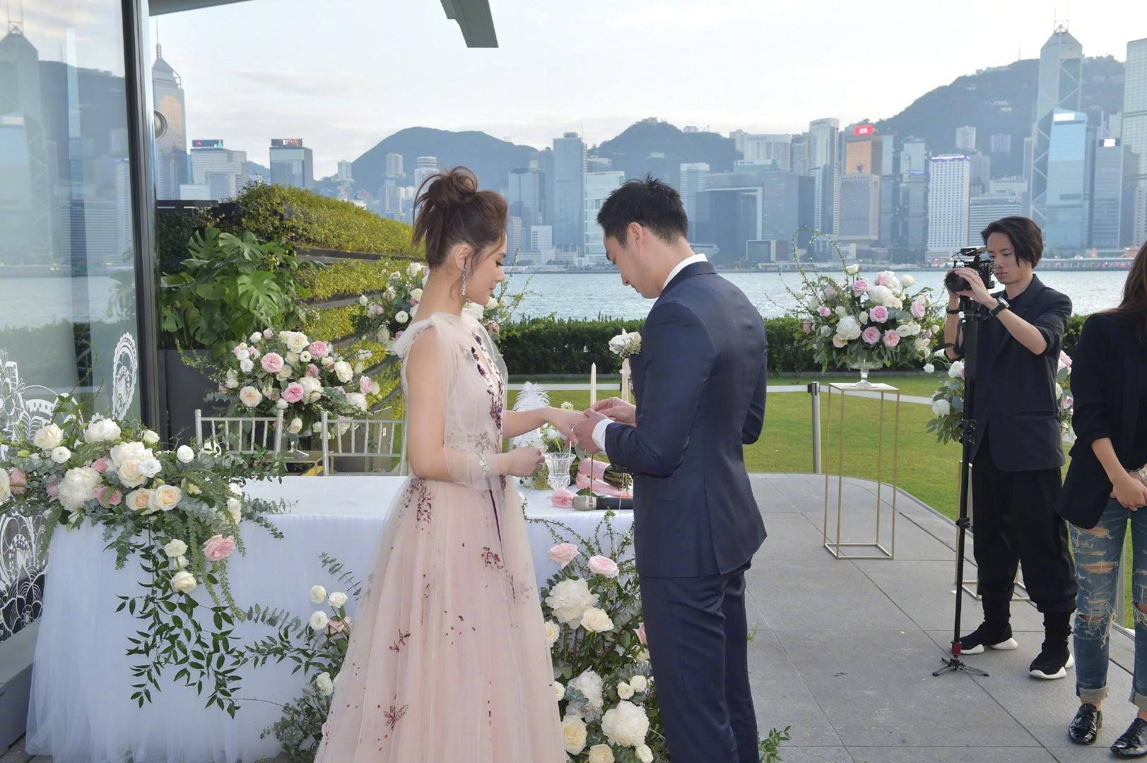 Lễ đăng ký kết hôn của Chung Hân Đồng: Ông trùm quyền lực showbiz Hong Kong ra mặt vì gà cưng - Ảnh 8.