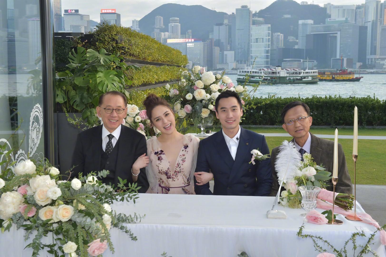Lễ đăng ký kết hôn của Chung Hân Đồng: Ông trùm quyền lực showbiz Hong Kong ra mặt vì gà cưng - Ảnh 14.