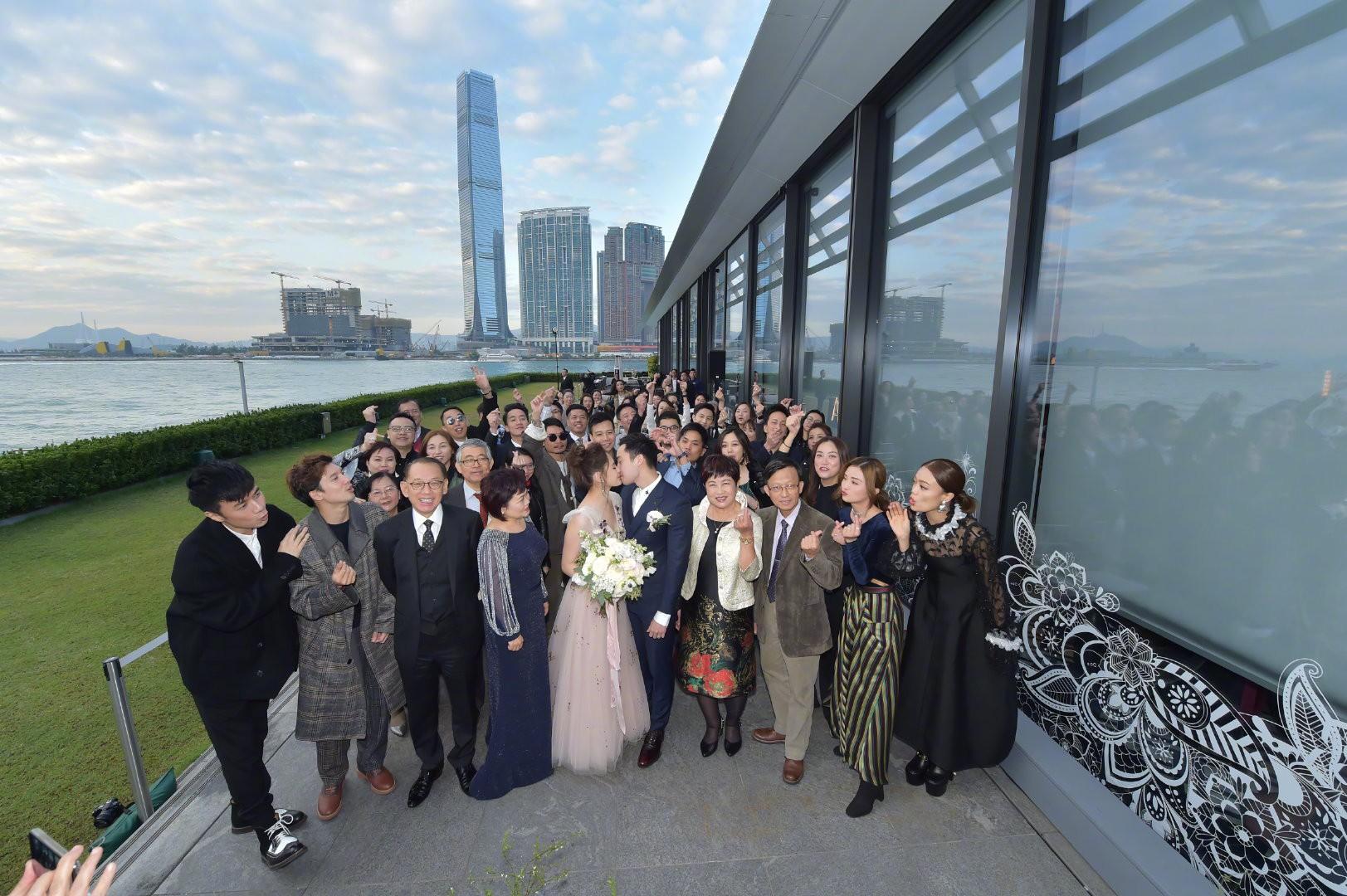 Lễ đăng ký kết hôn của Chung Hân Đồng: Ông trùm quyền lực showbiz Hong Kong ra mặt vì gà cưng - Ảnh 16.