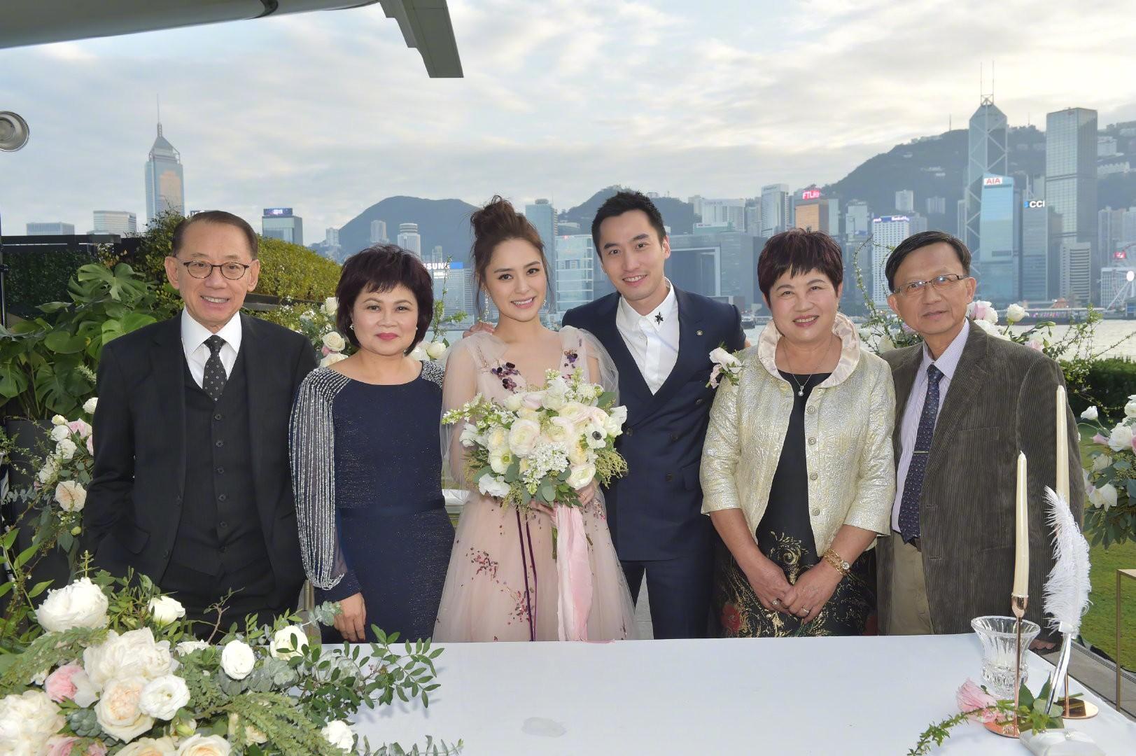 Lễ đăng ký kết hôn của Chung Hân Đồng: Ông trùm quyền lực showbiz Hong Kong ra mặt vì gà cưng - Ảnh 17.