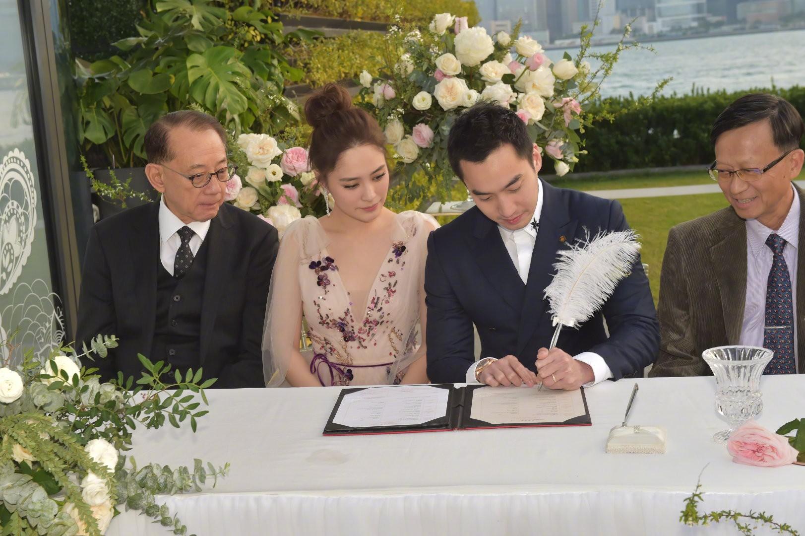 Lễ đăng ký kết hôn của Chung Hân Đồng: Ông trùm quyền lực showbiz Hong Kong ra mặt vì gà cưng - Ảnh 13.