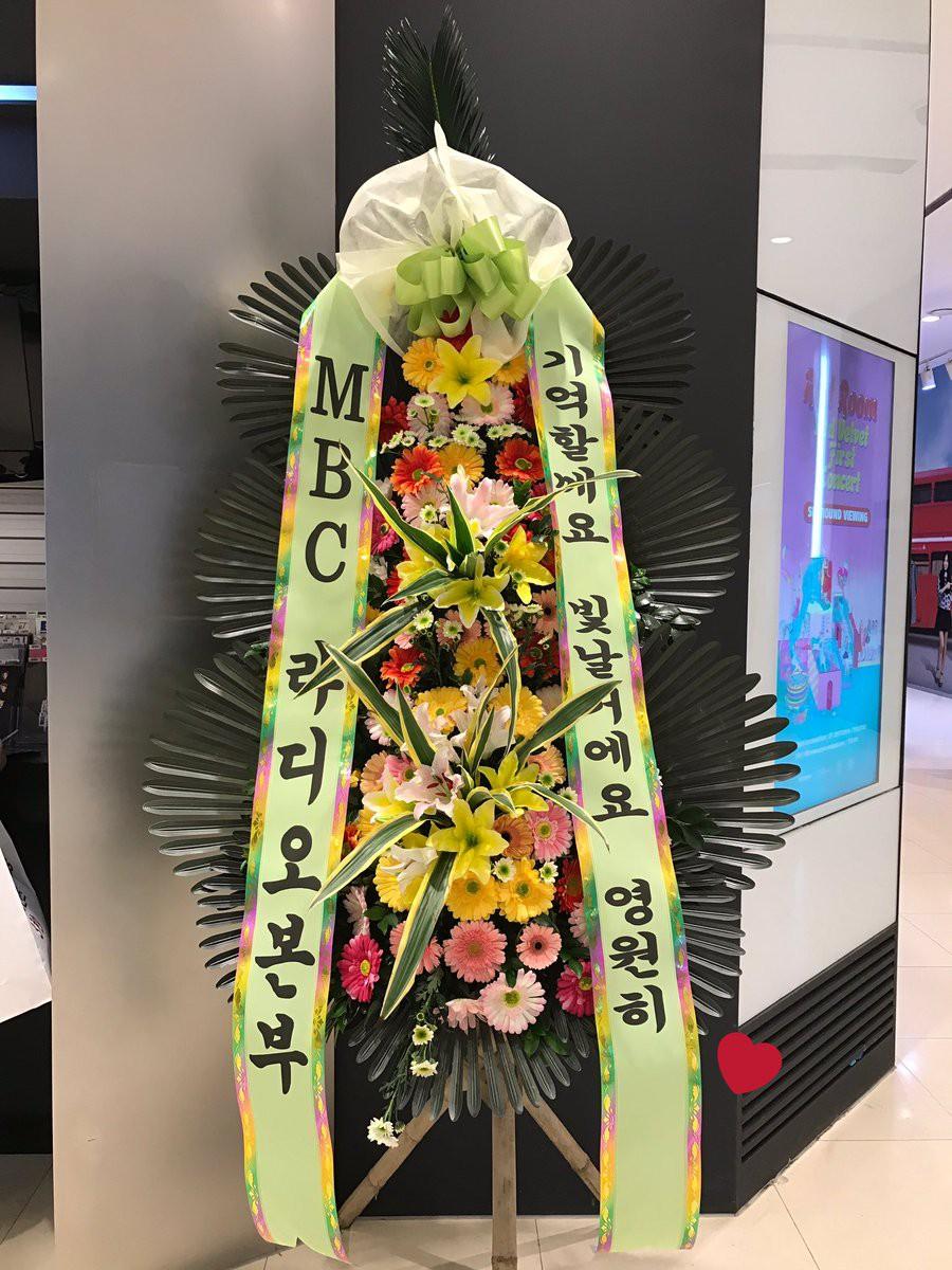 Tròn 1 năm Jonghyun qua đời, Taeyeon, Yoona, Suho và dàn sao nhà SM đồng loạt đến buổi lễ tưởng nhớ đầy ý nghĩa - Ảnh 4.