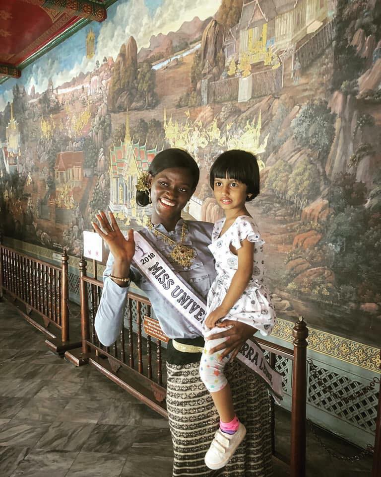 Câu chuyện cảm động về thí sinh Miss Universe 2018: Dự thi muộn vì quá nghèo, nhưng nhận cái kết ấm lòng từ người dân Thái - Ảnh 2.