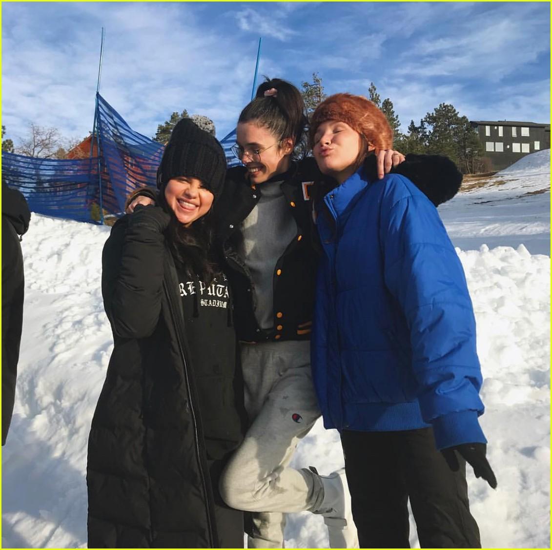 Selena Gomez chính thức lộ diện sau thời gian điều trị tâm thần, còn mặc áo ủng hộ bạn thân Taylor Swift - Ảnh 2.