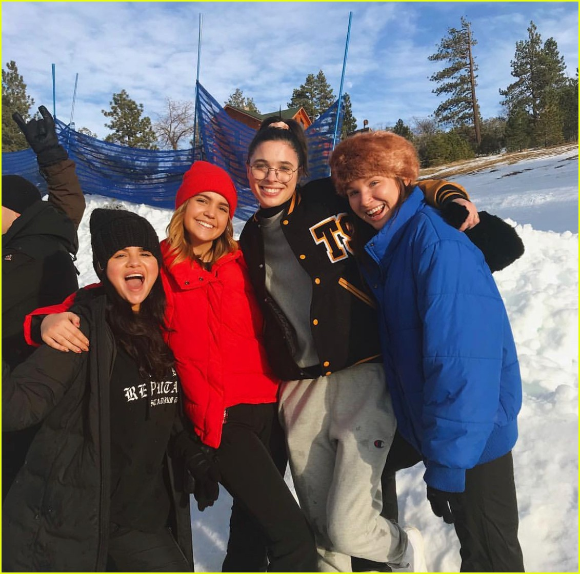 Selena Gomez chính thức lộ diện sau thời gian điều trị tâm thần, còn mặc áo ủng hộ bạn thân Taylor Swift - Ảnh 5.