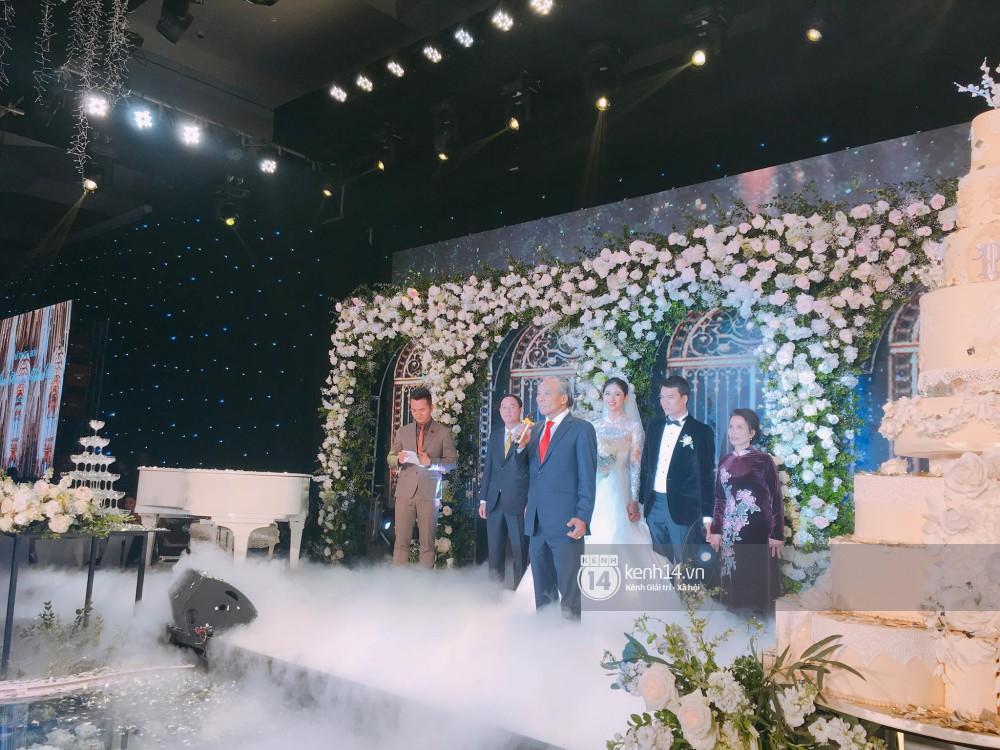 Clip: Á hậu Thanh Tú hạnh phúc khoá môi ông xã đại gia trong đám cưới - Ảnh 2.