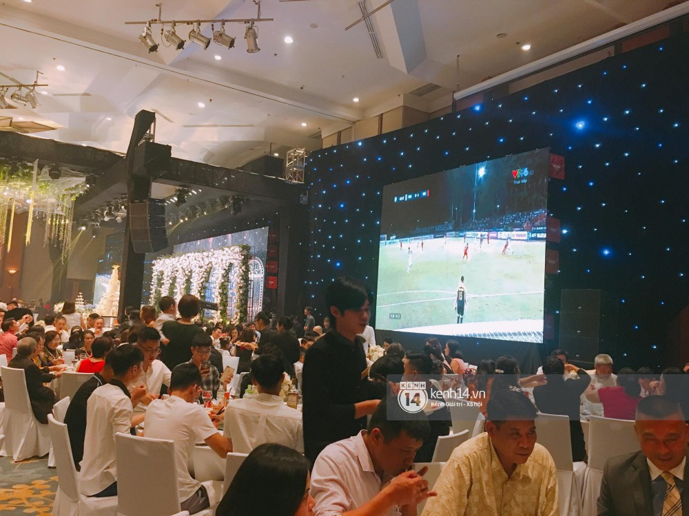 Đám cưới đậm tính thời cuộc như Á hậu Thanh Tú: Màn hình LED chiếu trận Bán kết AFF Cup, cô dâu - chú rể hết mình cổ vũ tuyển Việt Nam - Ảnh 1.