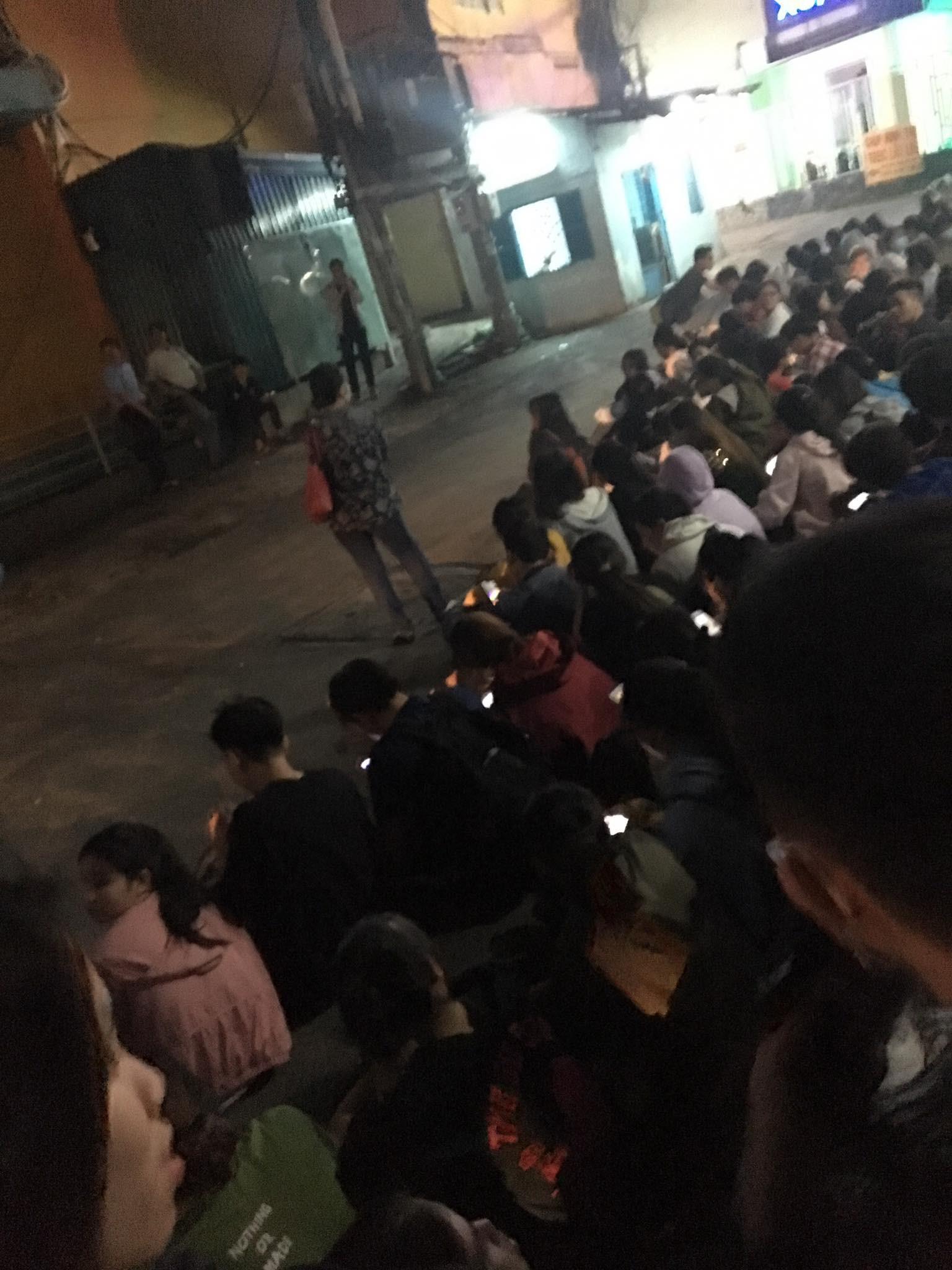 Sài Gòn vỡ trận, hàng nghìn sinh viên tiếp tục chen lấn, tranh cướp nhau suất đăng ký dự thi TOEIC