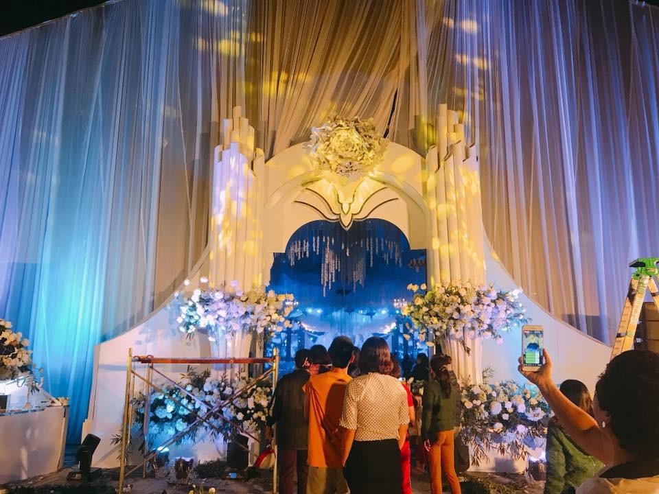 Siêu đám cưới ở Thái Nguyên trang trí hết 4 tỷ đồng với hơn 13.000 bông hoa tươi nhập khẩu thu hút nghìn người tới chụp ảnh - Ảnh 9.