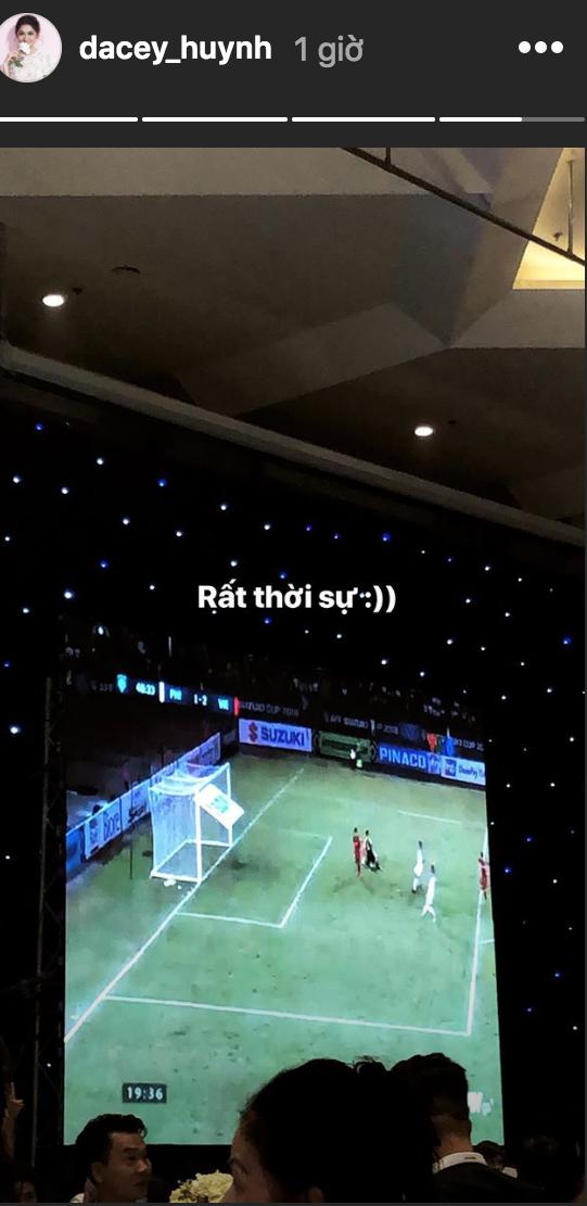 Đám cưới đậm tính thời cuộc như Á hậu Thanh Tú: Màn hình LED chiếu trận Bán kết AFF Cup, cô dâu - chú rể hết mình cổ vũ tuyển Việt Nam - Ảnh 3.