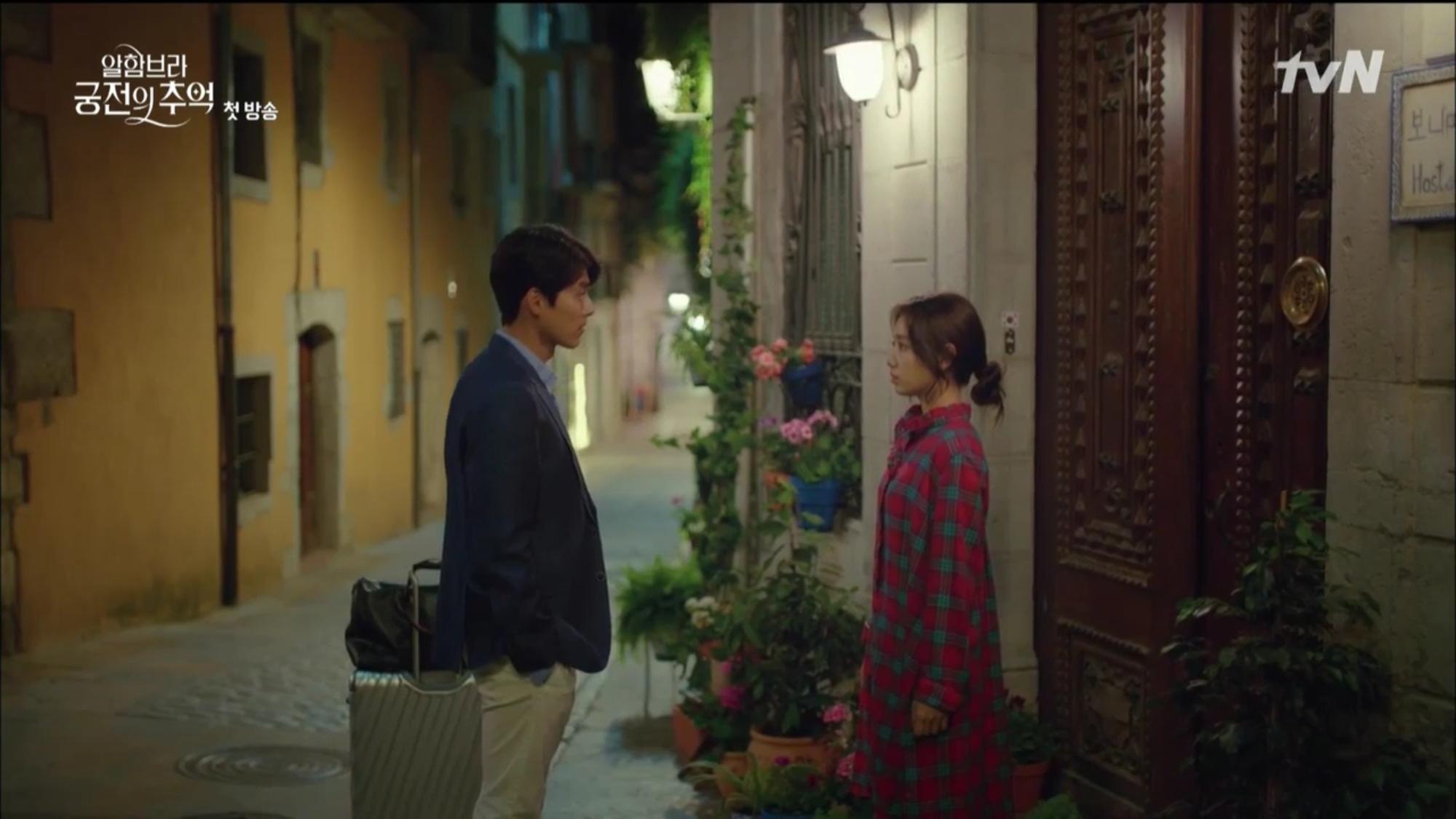 """Mới tập đầu """"Memories of the Alhambra"""", Hyun Bin đã bị Park Shin Hye """"hành"""" cho lên bờ xuống ruộng - Ảnh 1."""