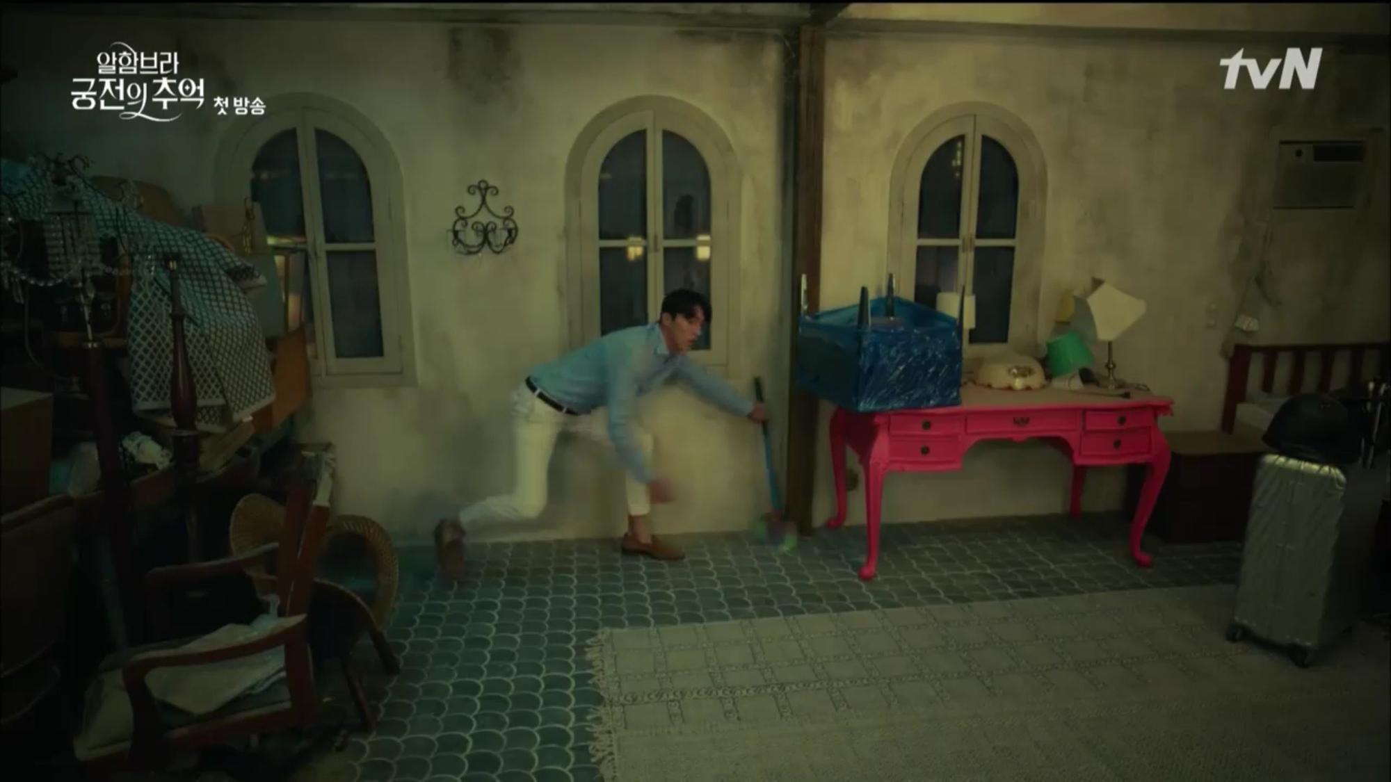 """Mới tập đầu """"Memories of the Alhambra"""", Hyun Bin đã bị Park Shin Hye """"hành"""" cho lên bờ xuống ruộng - Ảnh 6."""