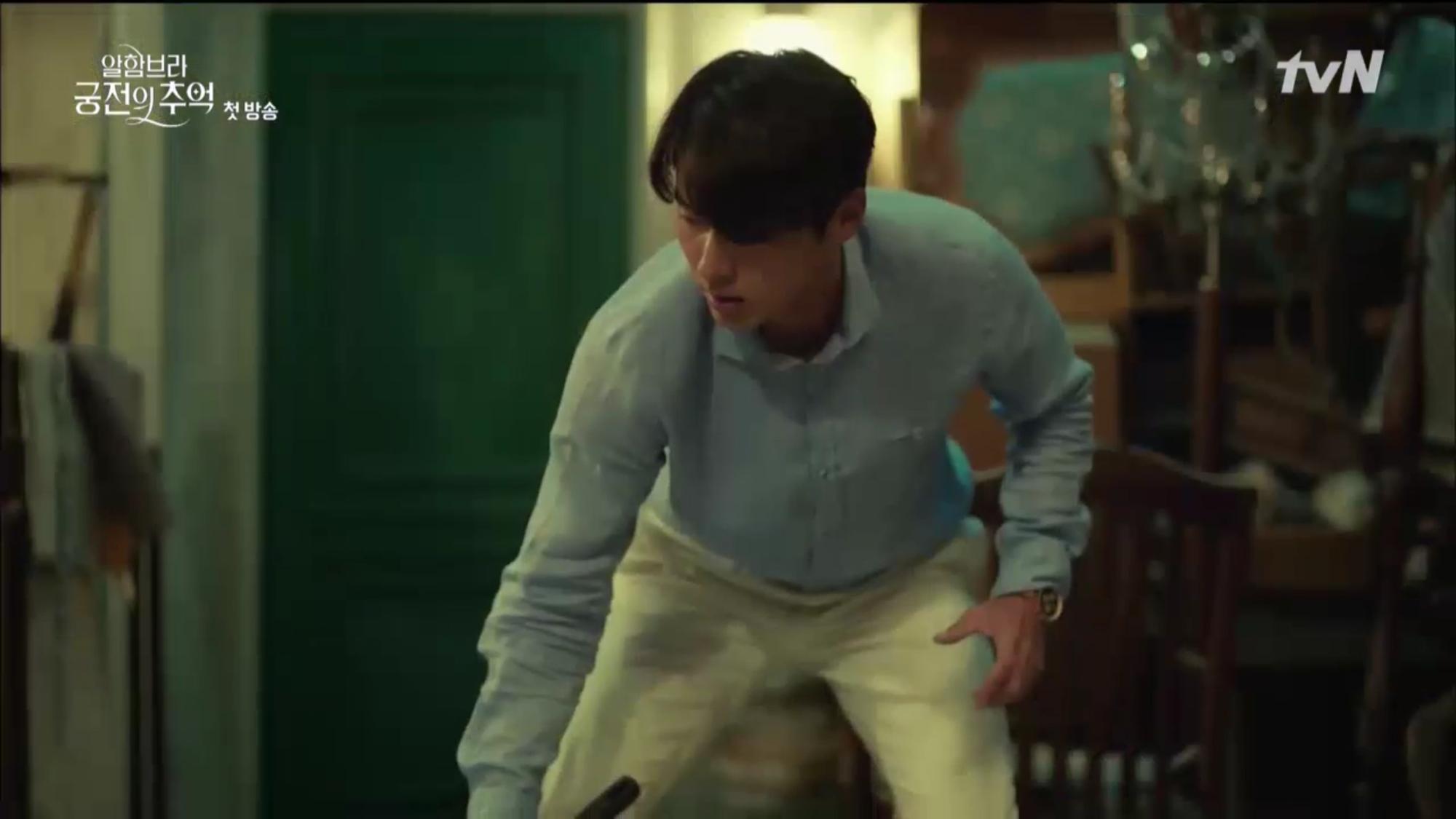 """Mới tập đầu """"Memories of the Alhambra"""", Hyun Bin đã bị Park Shin Hye """"hành"""" cho lên bờ xuống ruộng - Ảnh 7."""
