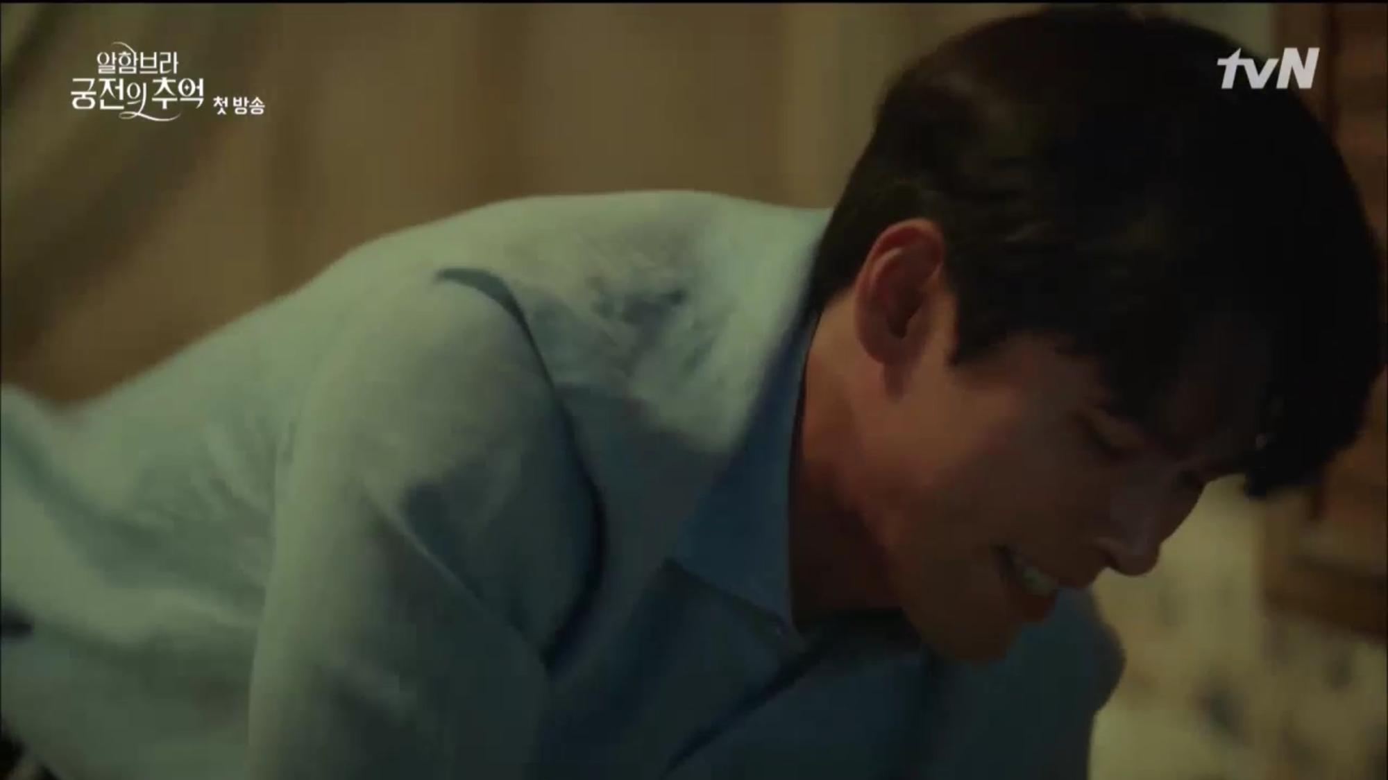"""Mới tập đầu """"Memories of the Alhambra"""", Hyun Bin đã bị Park Shin Hye """"hành"""" cho lên bờ xuống ruộng - Ảnh 10."""